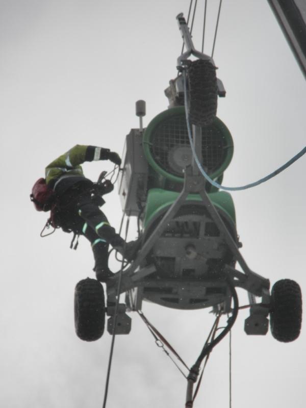 Prohlížíte si fotogarerii k článku Speciální práce ve výškách - zasněžování